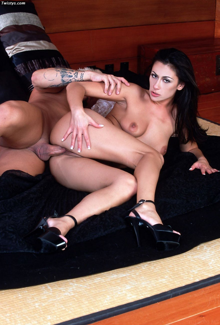 Секс фото возбужденной шатенки с загорелым торсом
