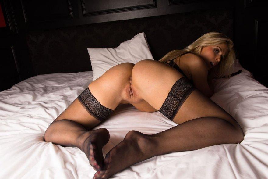 Крутая блонди в наручниках и кожаной маске