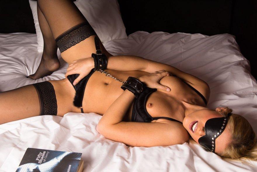 Блондинка в наручниках секс фото 429-648