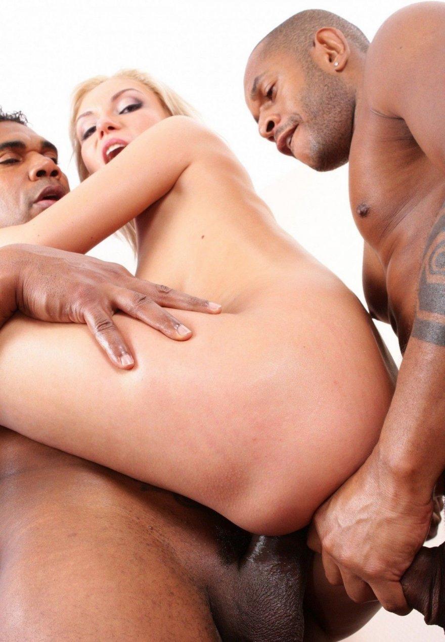 Порно фото блондинки с тремя чернокожими парнями