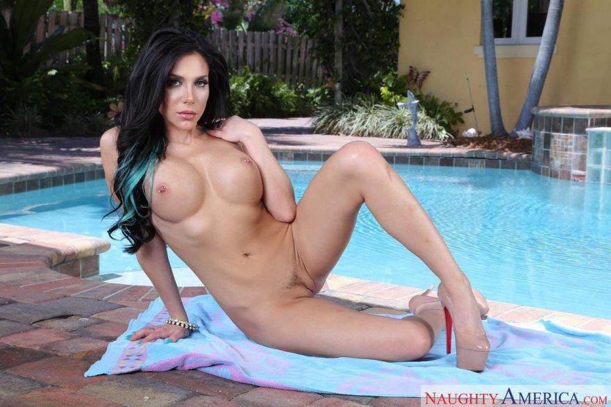 Шикарные груди порно-модели возле бассейна секс фото