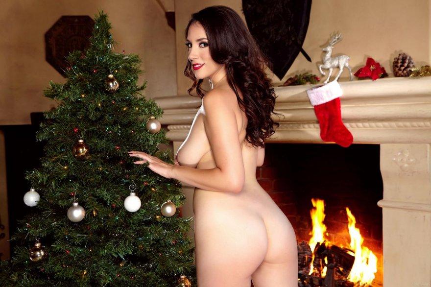 Новогодняя эротика гламурной брюнетки под елкой