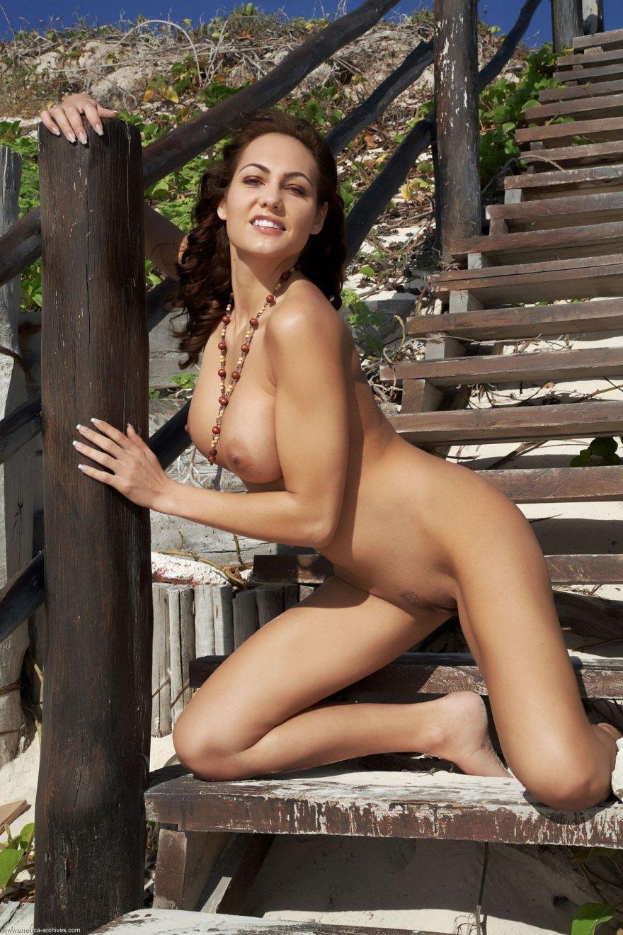 Красивое тело голой женщины на лестнице