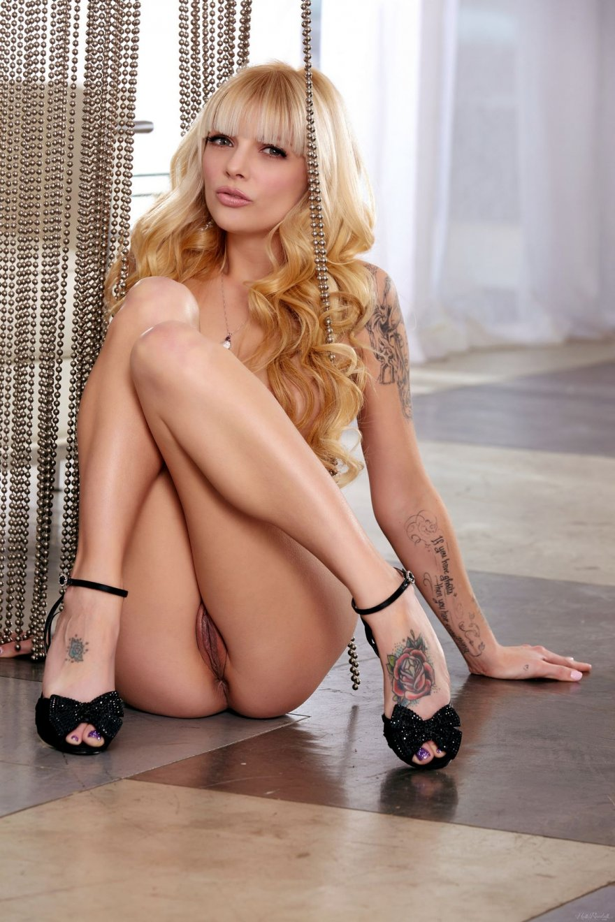 Фото похотливой милашки в серебристых шортиках секс фото