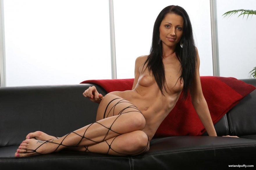 Фото клубничка бритой девки в чулках в крупную сетку секс фото