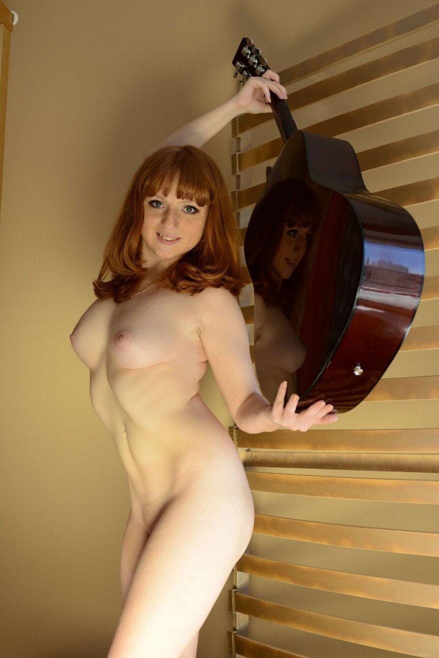 Эротические изображения голенькой девушки с гитарой