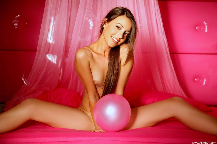Проститутка с волосатой писей развлекается с розовыми шариками