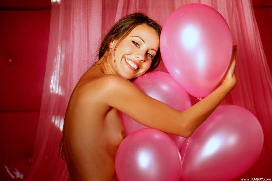 Баба с лохматой писей балуется с розовыми шариками