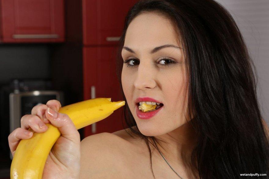 Брюнетка мастурбирует на кухне с бананом
