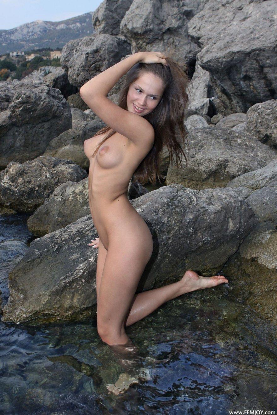 Фото голой девушки на камнях у моря