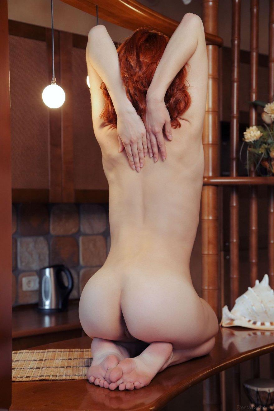 Известная модель позирует голая на кухне