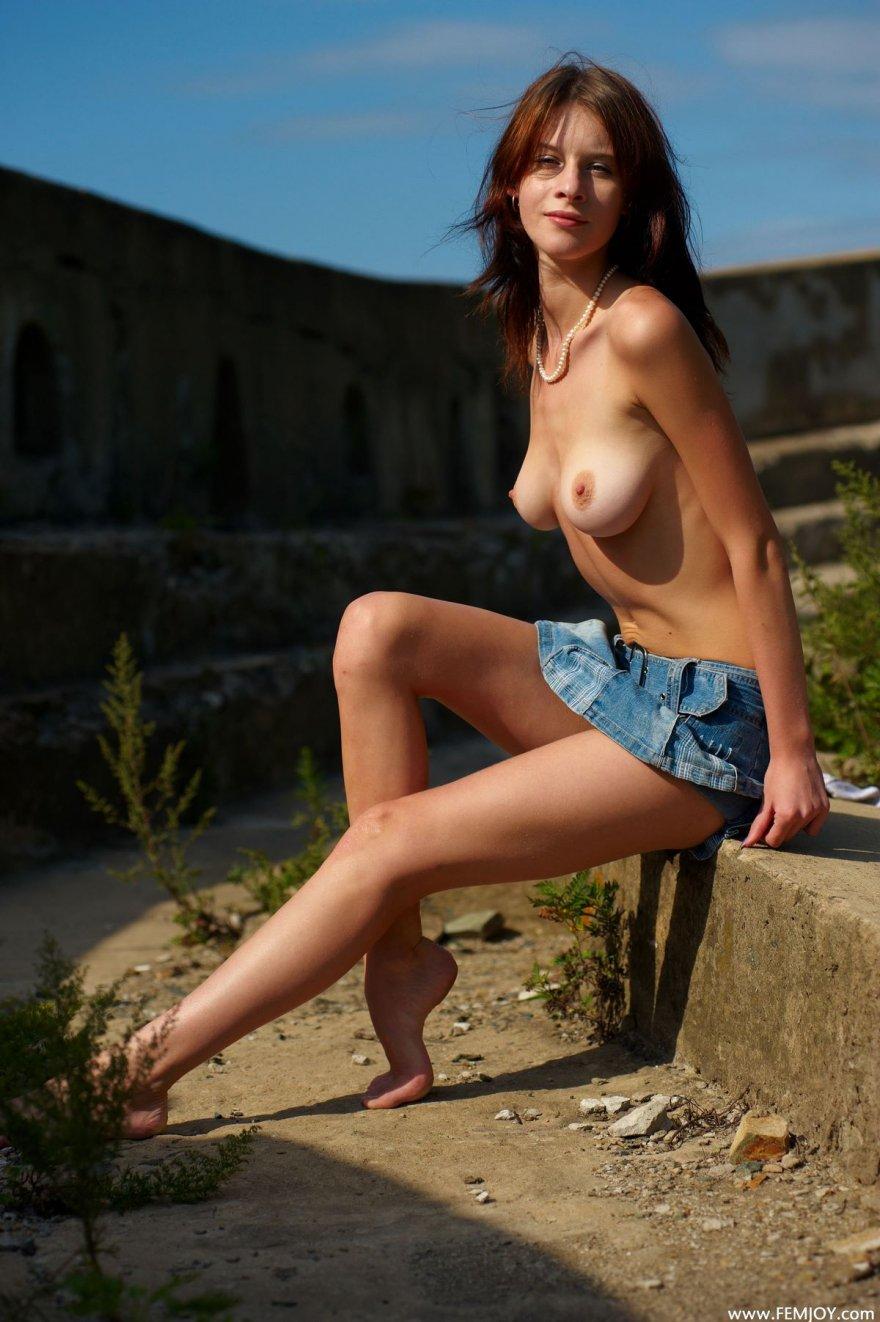 Девушки в юбках топлес фото 21-587