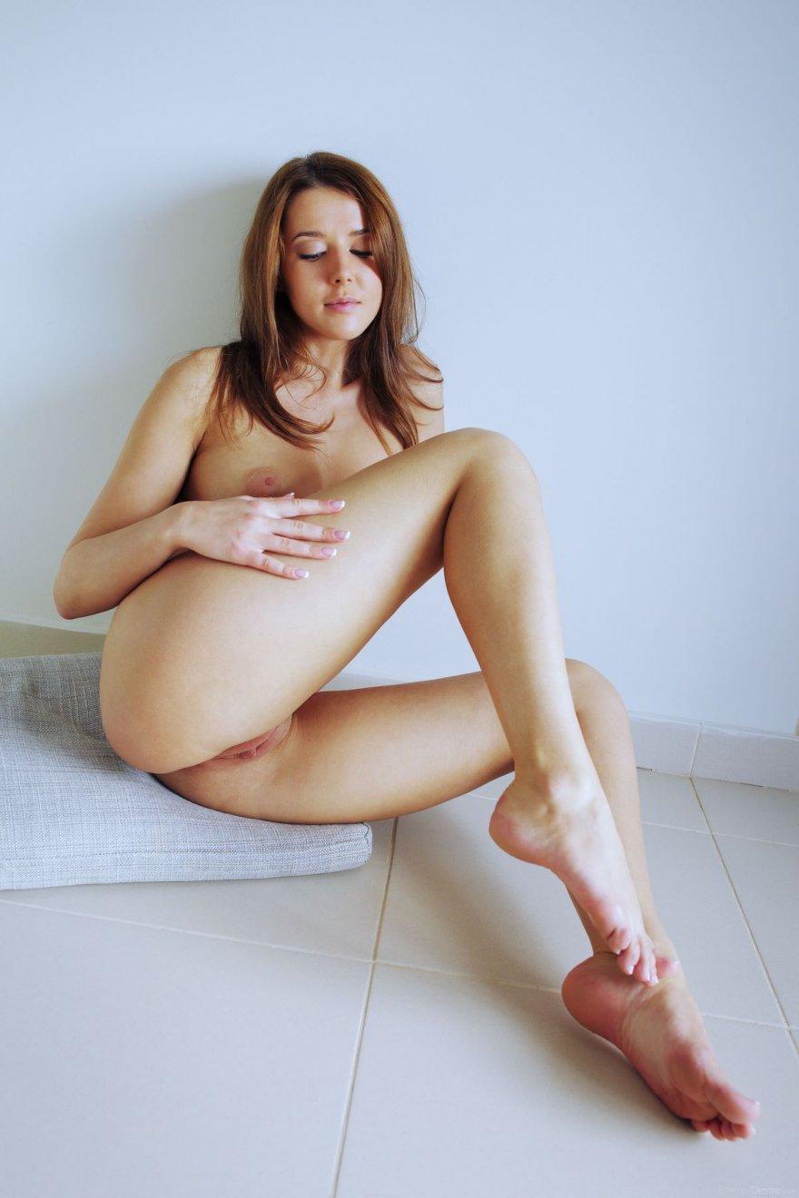 Чувственная эротика изящной голенькой шатенки