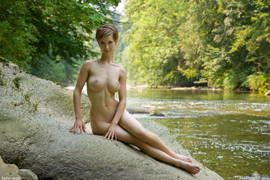Роскошная woman позирует на берегу реки секс фото