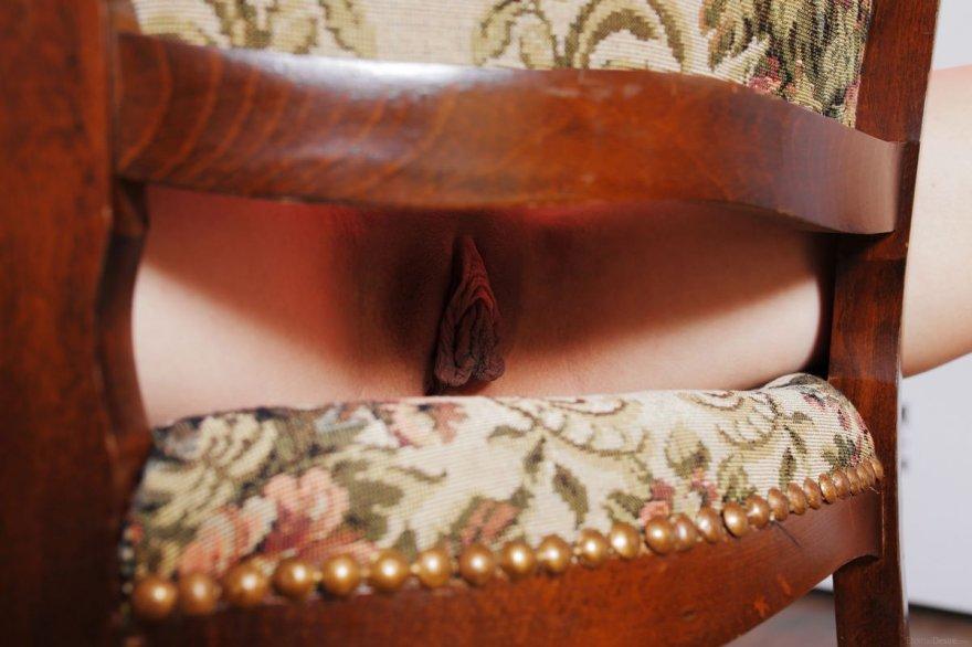 Обнаженная рыжая девка с контрабасом секс фото