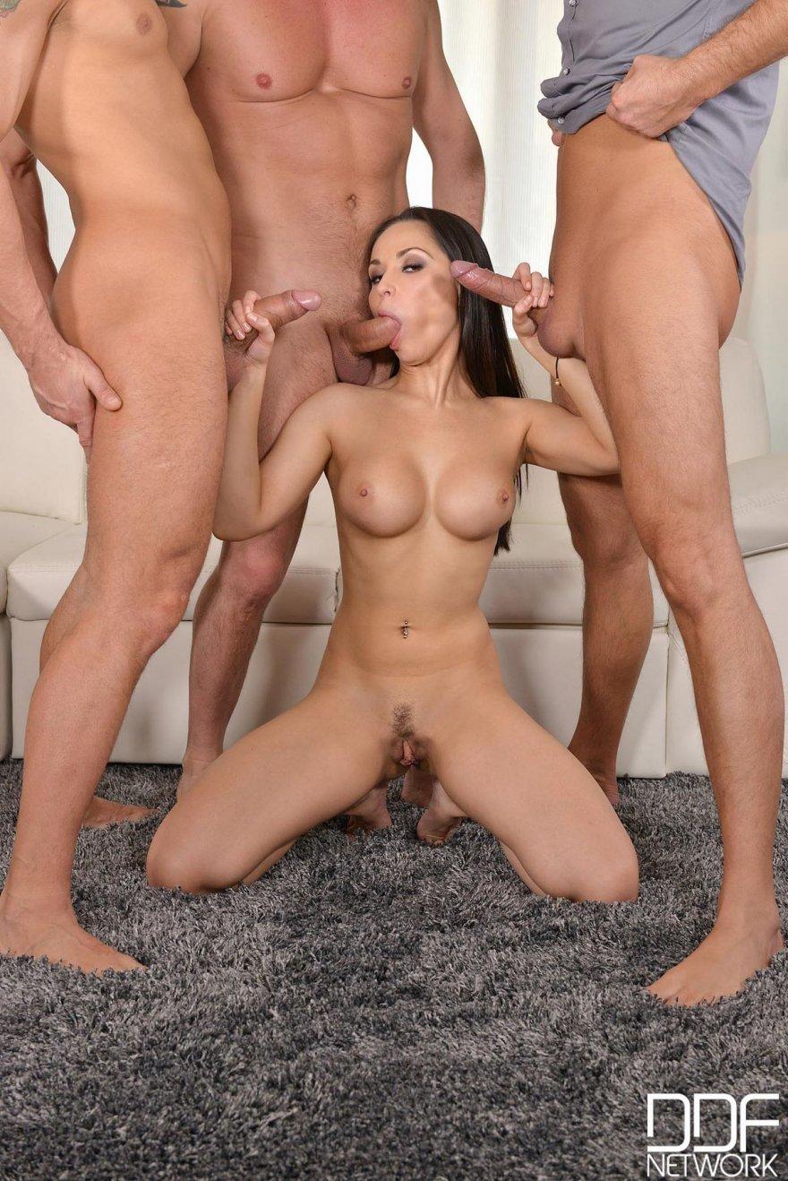 порно три мужчигы и одна женщина