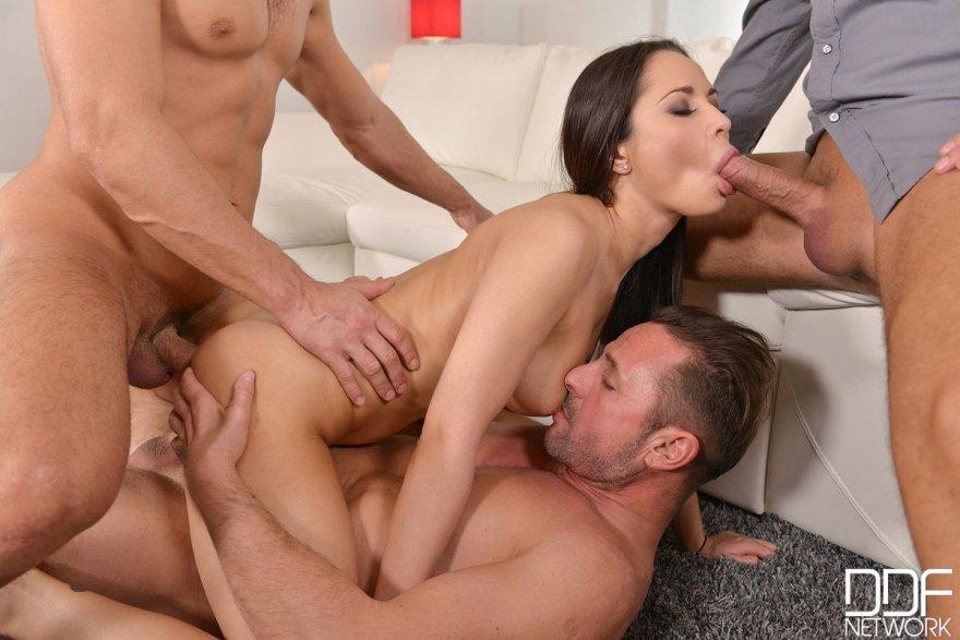 порнокастинг одна девушка и двое мужчин