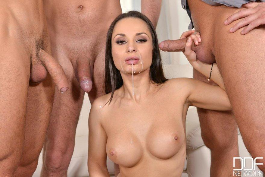 Порно фото брюнетки с тремя мужиками
