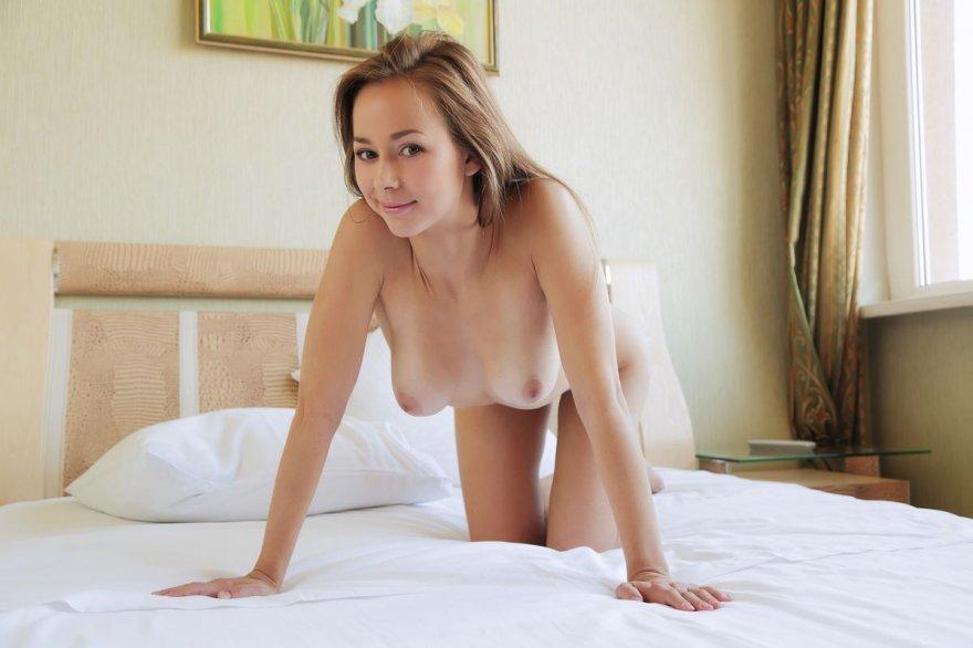 Фото знаменитой девки на постели
