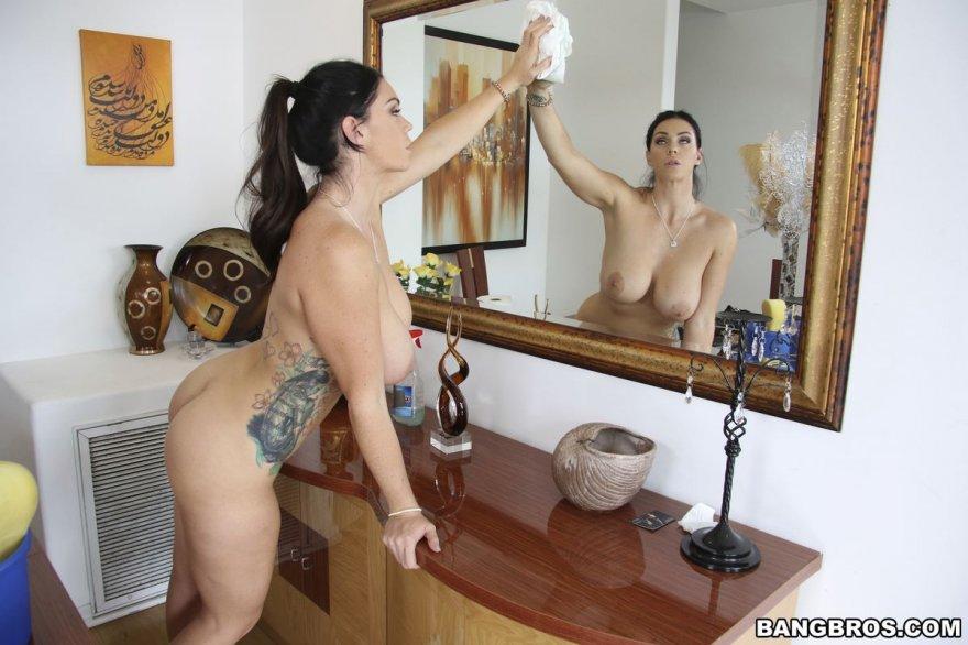 Привлекательная русая порноактрисса делает уборку голая