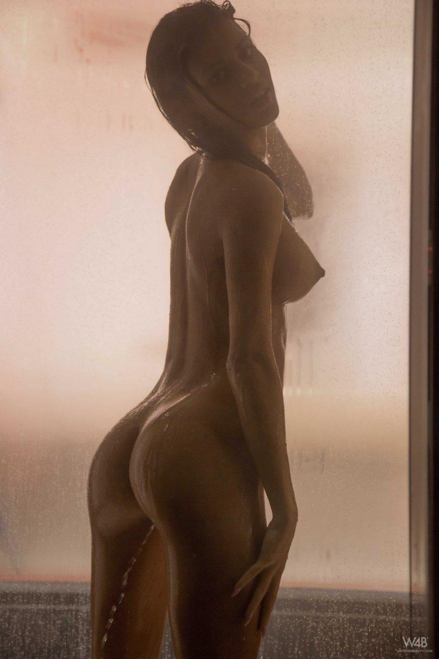 Красивые снимки обнаженной девушки под душем секс фото