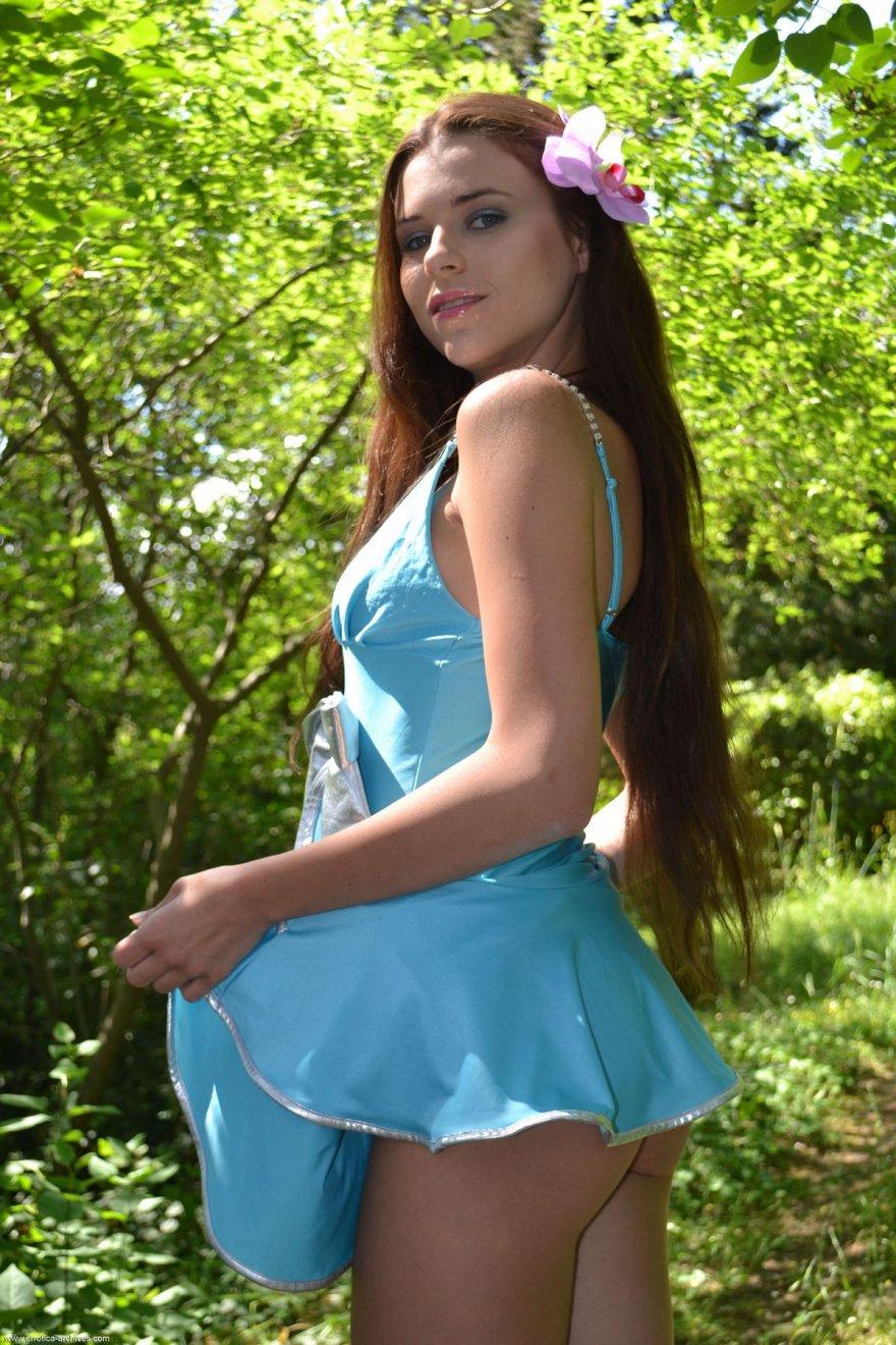 Красивая девушка с длинными волосами в голубом платье