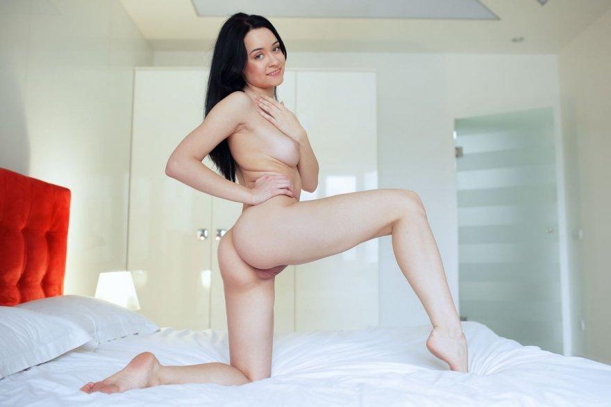 Фото обнаженной брюнетки на кровати