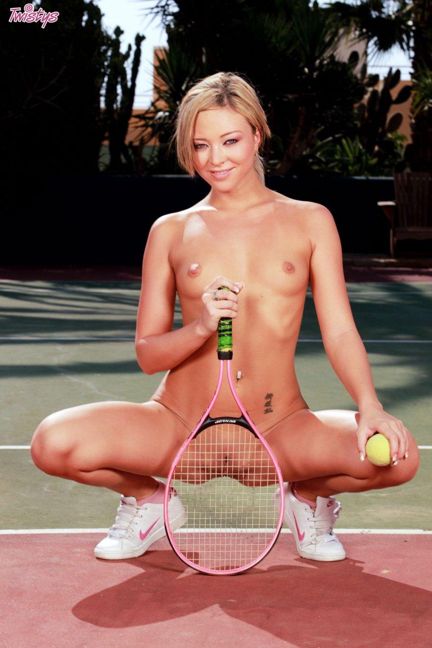 Раздетая теннисистка снимается на корте