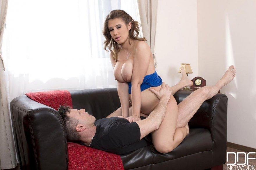 Сексуальная шатенка с большими сиськами - порно фото
