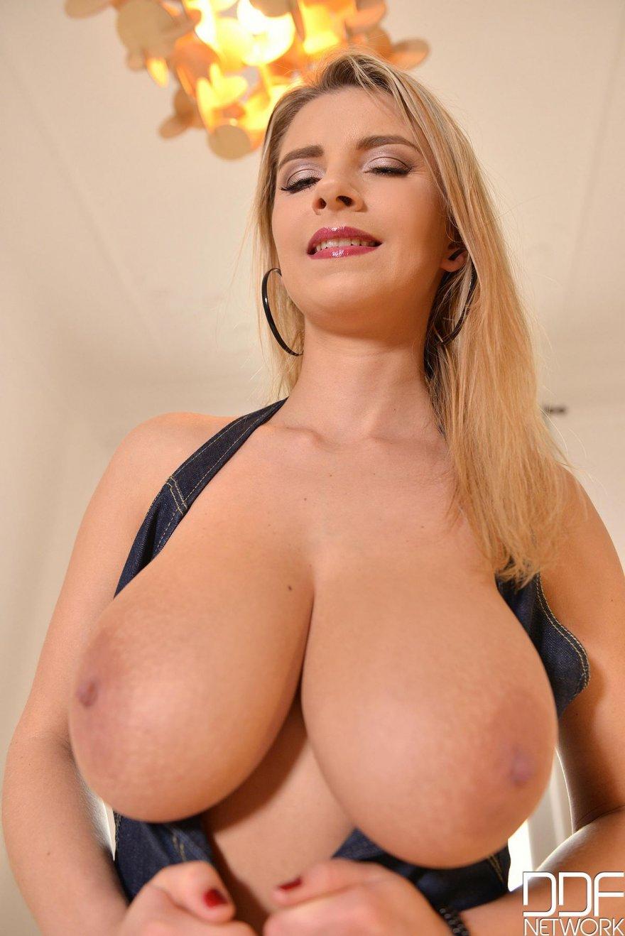 Женщина с большой натуральной грудью с вибратором
