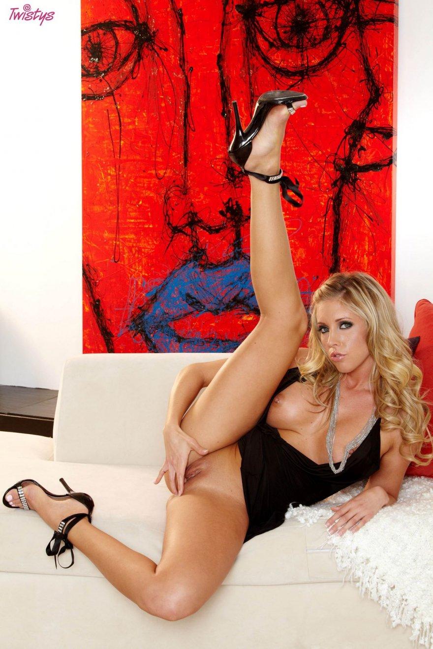 Сексуальная блондинка в тёмном платье