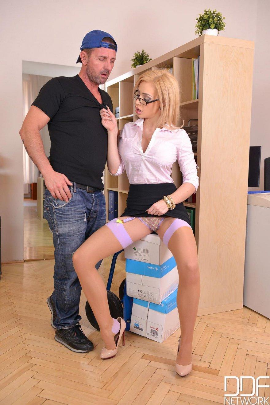 Горячий секс грудастой секретарши в офисе