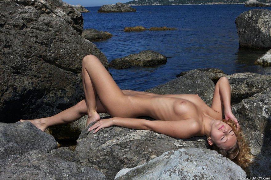 Симпатичные ноги девки в море