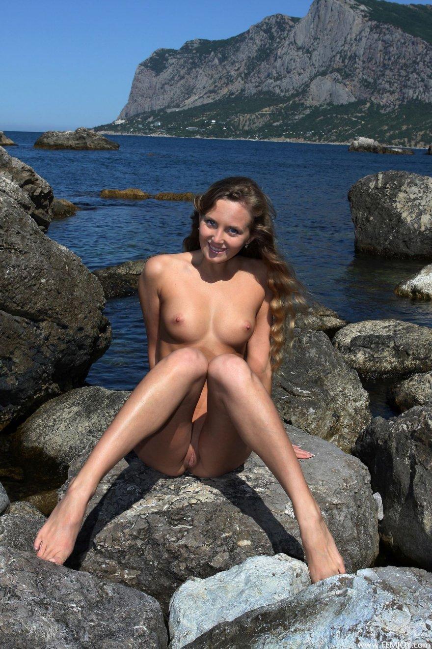 Красивые ножки девушки на море