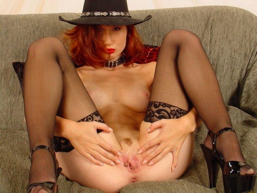 Откровенная эротика рыжей в шляпе и чулках