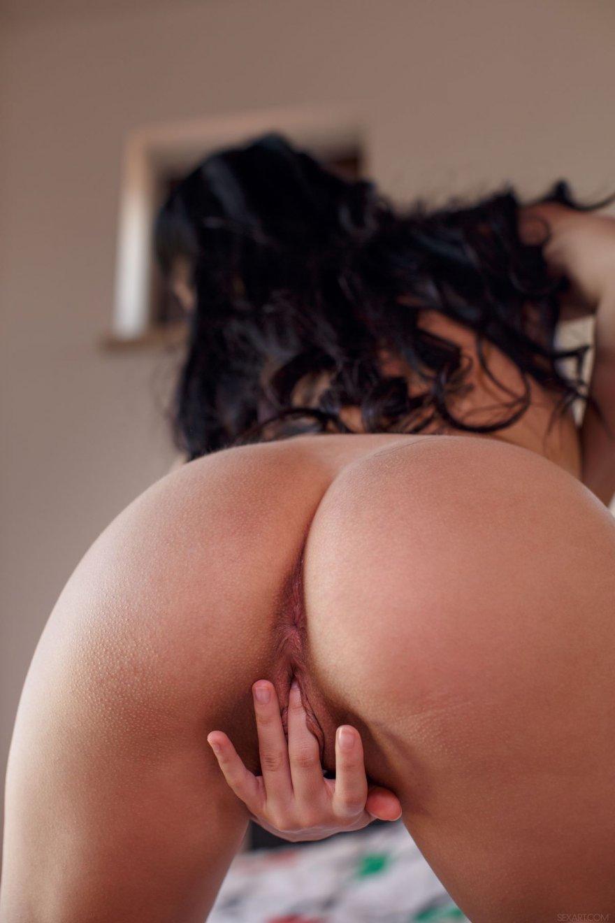 Брюнетка сняла трусики и показала интимные места