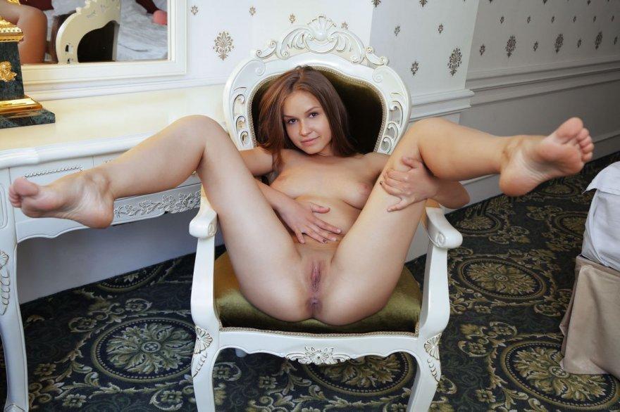 Молодая шатенка раздвинула ножки на стуле