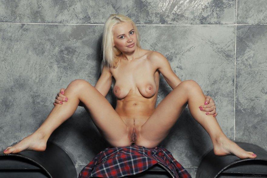Бритая шлюха с голыми дойками