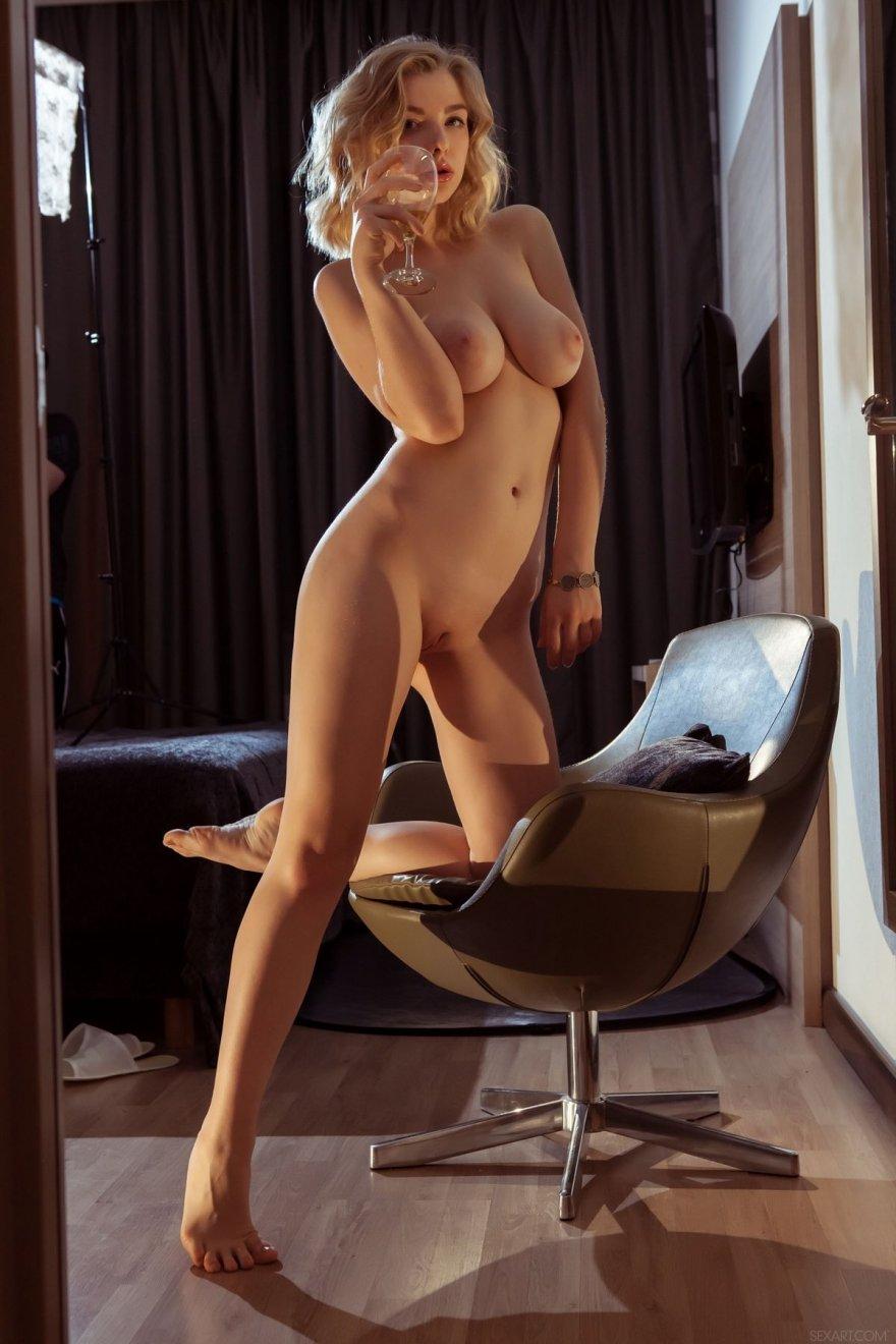 Чувственная эротика сексуальной блондинки перед зеркалом