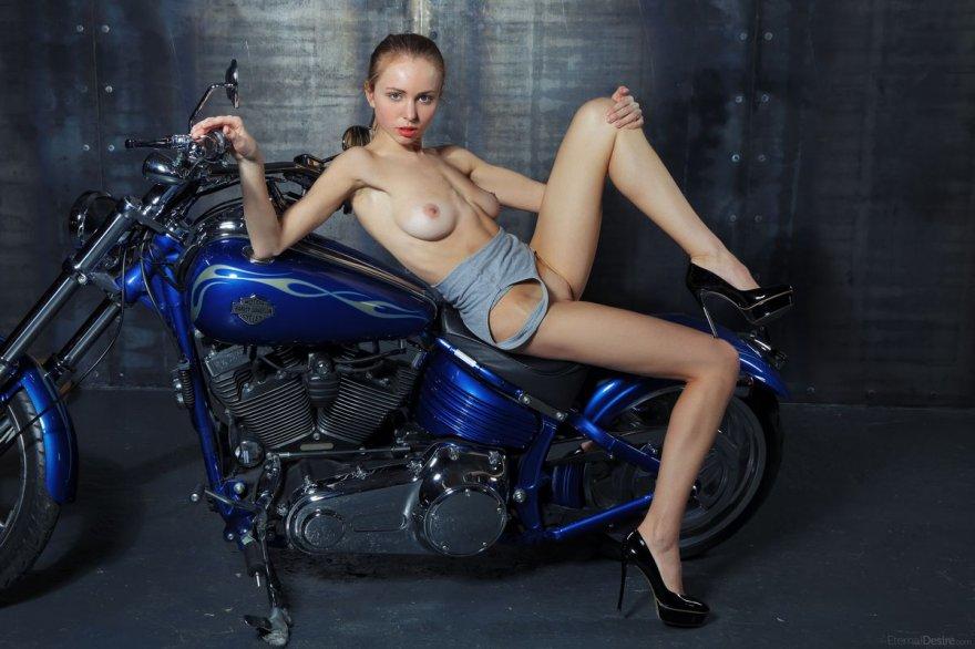Светловолосая телка без трусиков на мотоцикле секс фото
