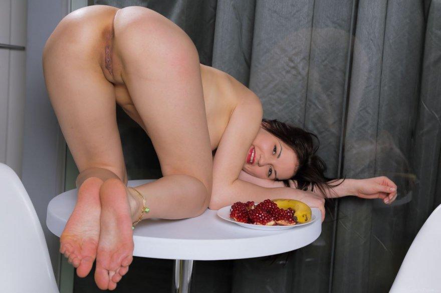 Эротические фото голой телки с бананом