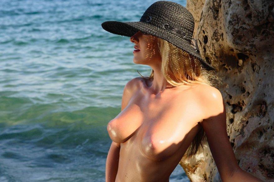 Красивая эротика на море - блондинка в шляпе