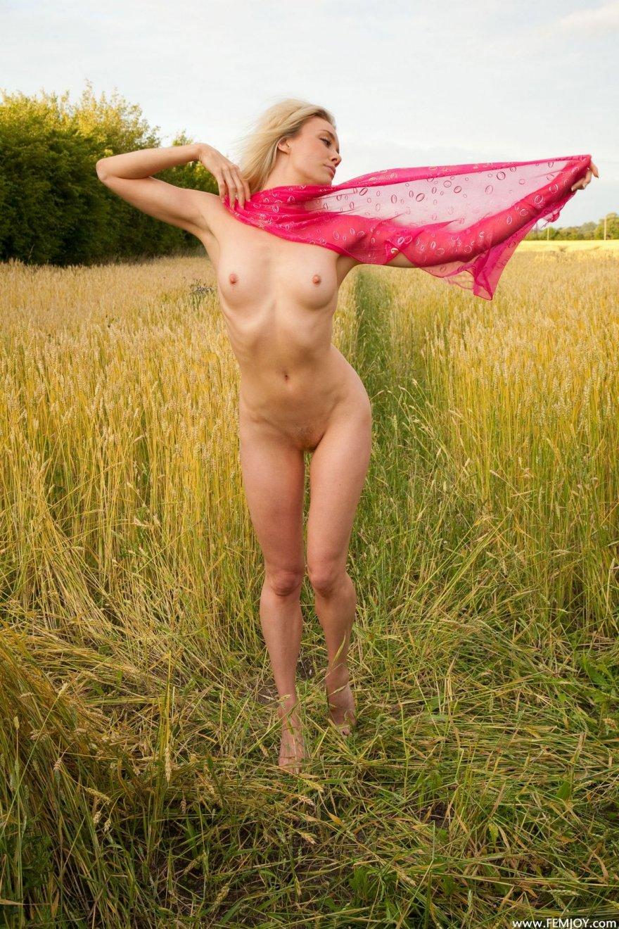Баба с розовым шарфом гуляет в поле секс фото