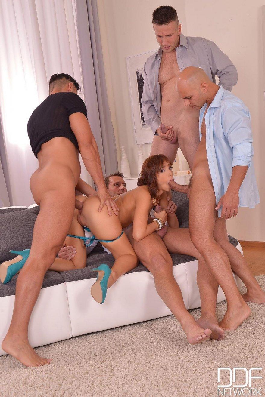 Девушка занимается сексом с четырьмя парнями