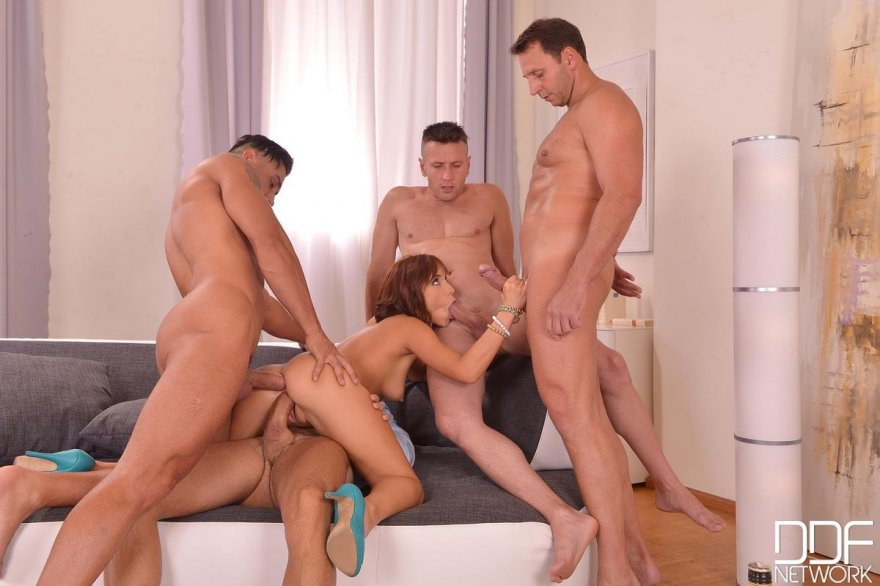 Шлюшка занимается сексом с четырьмя юнцами