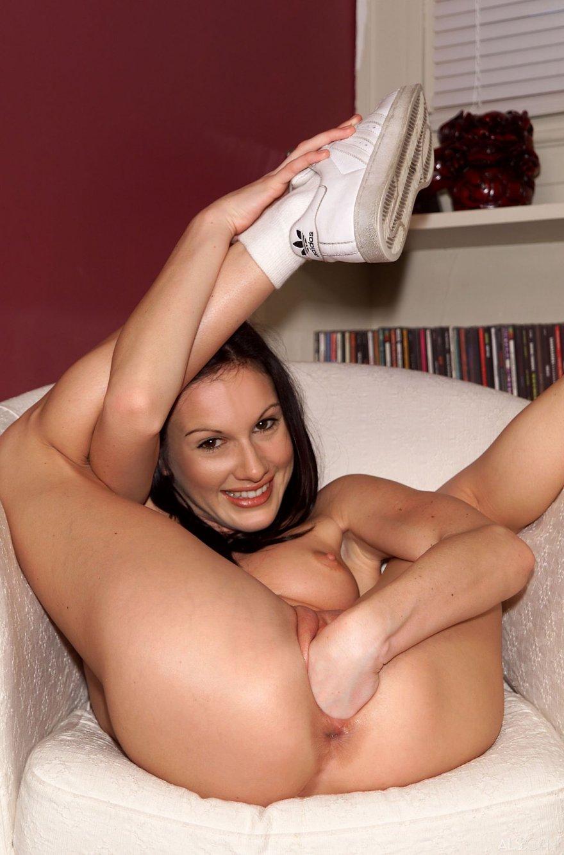 Тощая брюнетка вставила пальчики в свою влажную дырку секс фото