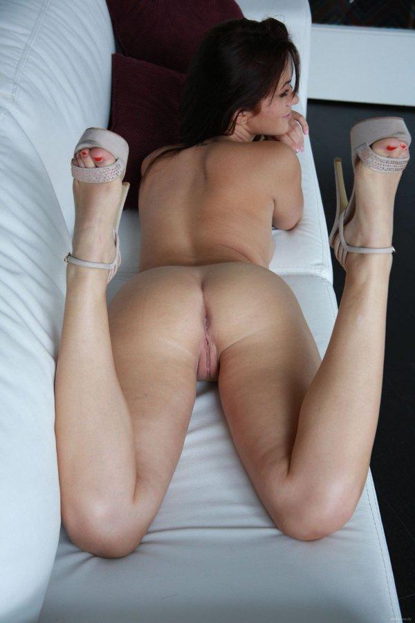 девушка раздвинув ноги ласкает киску фото