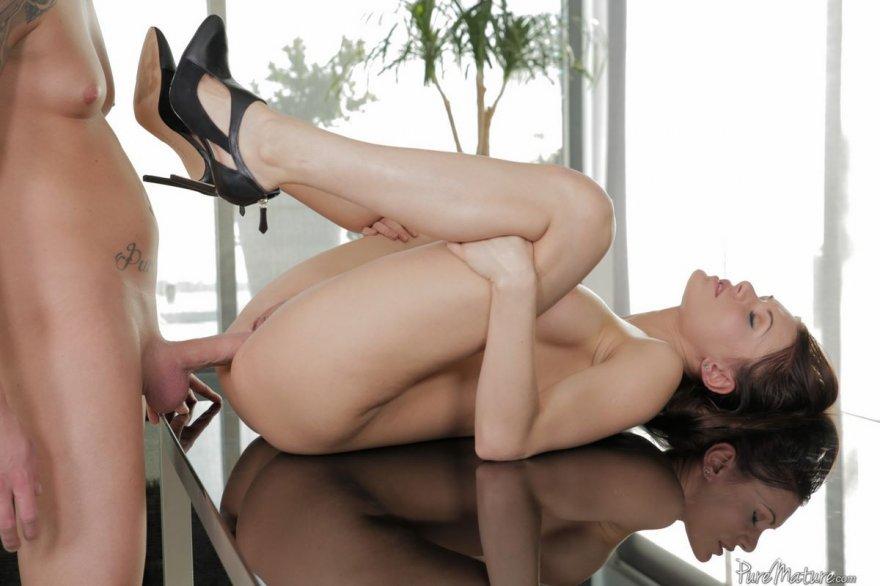 Фото страстного интима с титькастой шатенкой секс фото