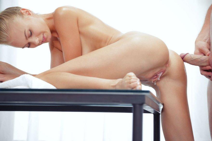Секс с худенькой блондинкой на столе