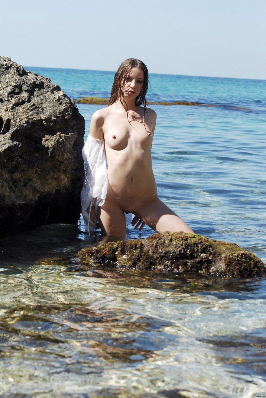 Давалка в белоснежной тунике на берегу моря секс фото